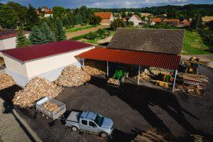 Sicht auf das Betriebsgelände mit der Brennholzlagerung