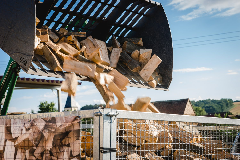 Brennholz bei der Verladung